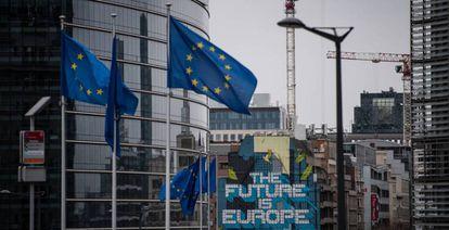 Sede de la Comisión Europea, y a su lado, una obra del artista belga NovaDead con un mensaje europeísta.