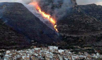 El casco urbano de Barx, con las llamas del incendio al fondo.