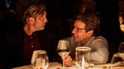 Mads Mikkelsen y Thomas Vinterberg, en el rodaje de 'Otra ronda'.