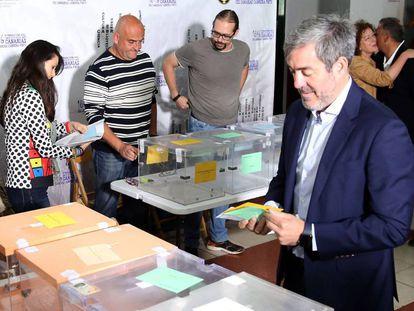 El candidato de Coalición Canaria-PNC a la presidencia de Canarias, Fernando Clavijo, vota este domingo en La Laguna.