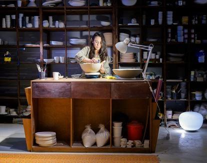 Ima Garmendia de Adarbakar, artesana ceramista, en su taller estudio del barrio de La Ribera de Barcelona.