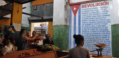Clientes compran alimentos en un mercado agropecuario, en La Habana.