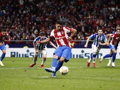 Luis Suárez dispara para transformar el penalti que significó el 2-2 definitivo en el Metropolitano.