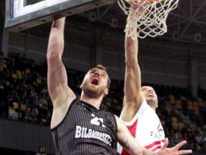 Kavaliauskas pelea un rebote con Simonovic.