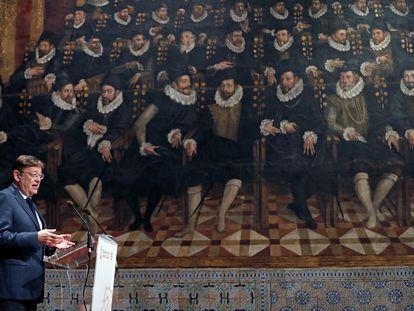 El presidente de la Generalitat, Ximo Puig, interviene ante los premiados Jaime I que mañana entregará la reina Letizia en la Lonja de los Mercaderes de Valencia.