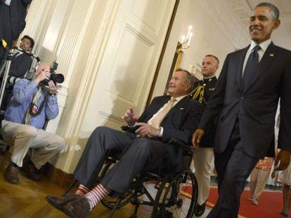 El expresidente de EE UU, George H W Bush junto con el actual mandatario, Barack Obama, en la Casa Blanca.