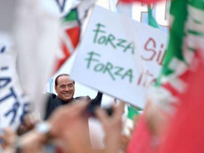 Silvio Berlusconi participa en una manifestación de apoyo organizada en la puerta de su residencia por el Partido de la Libertad