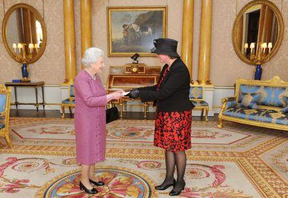 Isabel II en una recepción oficial en Buckingham Palace