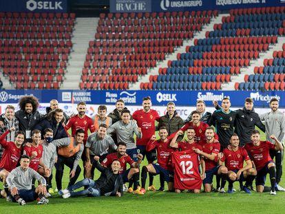 Los jugadores de Osasuna celebran el triunfo contra el Athletic en El Sadar. / CA OSASUNA