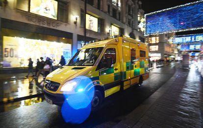 Una ambulancia atraviesa Oxford Street, en Londres, el pasado 19 de diciembre, cuando se decretaron nuevas restricciones contra el virus en la capital británica