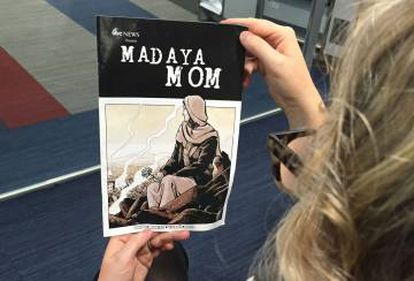 Una mujer sostiene el cómic de Madaya Mom, presentado por Marvel esta semana.
