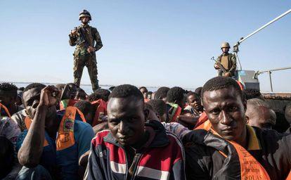 Guardacostas libios rescatan este martes a 147 migrantes frente a Zawiya.