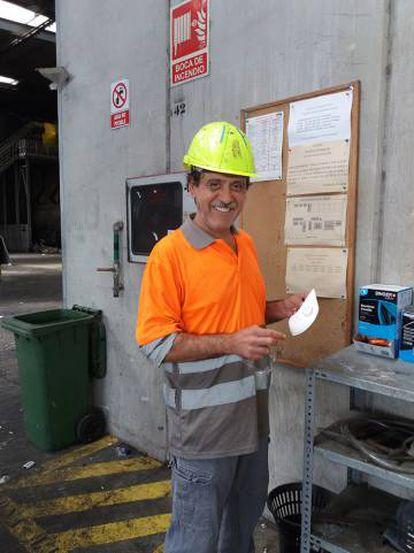 El operario Gustavo Campos en la planta de triaje de TIRME, en Mallorca.