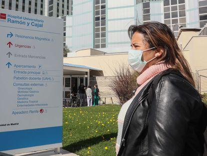 Una trabajadora del Hospital Ramón y Cajal de Madrid, esperando el resultado de la prueba del coronavirus.