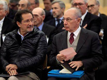 Rodrigo Rato (derecha) junto al exconsejero de Caja Madrid José Antonio Moral Santín durante la primera sesión del juicio de Bankia.