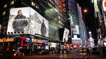 El cartel con la imagen del presidente cuelga de uno de los paneles de Times Square.