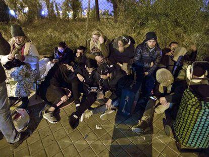 Solicitantes de asilo hacen cola de madrugada frente a la comisaría de Aluche, en Madrid, para pedir cita.