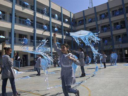Un grupo de niñas juega en una de las escuelas gestionadas en Gaza por la  la UNRWA, la agencia regional de Naciones Unidas, en una imagen de archivo.