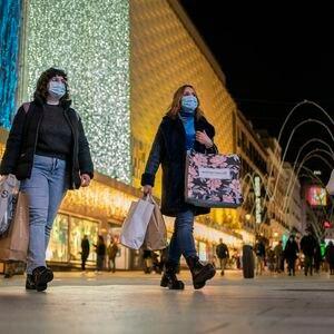 DVD 1029 (24-11-20) Varias personas con bolsas de diferentes comercios caminan por la calle Preciados, Madrid. Foto: Olmo Calvo