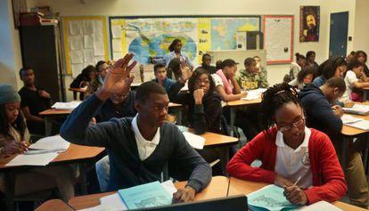 Un grupo de alumnos solicitan permiso para intervenir en clase en el instituto Bedford Academy de Brooklyn, en Nueva York.