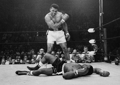 Sonny Liston, tendido en el suelo y Muhammad Ali, de pie, gritándole para continuar con la pelea, el 25 de mayo de 1965.