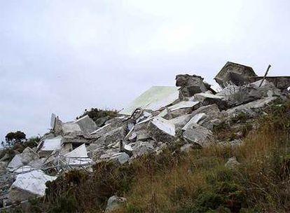 Los restos del monolito, demolido a primera hora de la mañana.