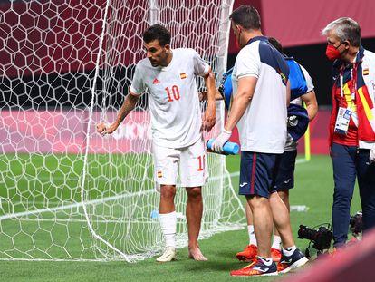 Ceballos se retira del campo lesionado durante el partido contra Egipto.