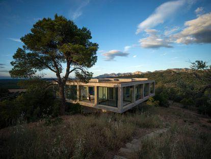 La primera casa para el proyecto de Solo Houses fue diseñada por el dúo chileno Mauricio Pezo y Sofía von Ellrichshausen.