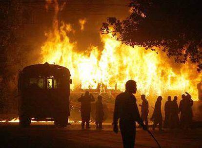 Disturbios en Karachi anoche tras el asesinato de Benazir Bhutto.