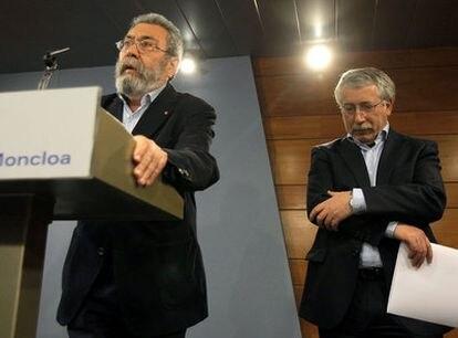Los secretarios generales de UGT, Cándido Méndez, y CC OO, Ignacio Fernández Toxo, responden a la prensa, ayer en La Moncloa.