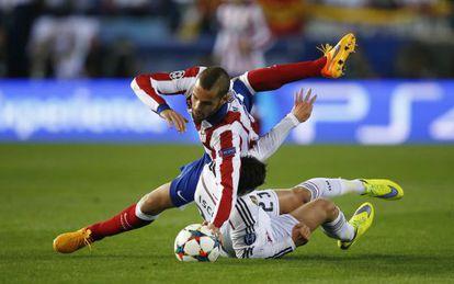 Mario Suárez e Isco durante el derbi.