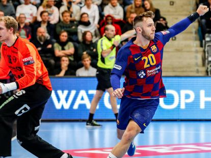 Aleix Gómez celebra un gol del Barça en un partido de la Champions.