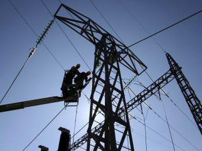 Los analistas y el Gobierno vaticinan que las primas medioambientales y el precio del gas mantendrán la tendencia alcista en el mercado mayorista de la electricidad