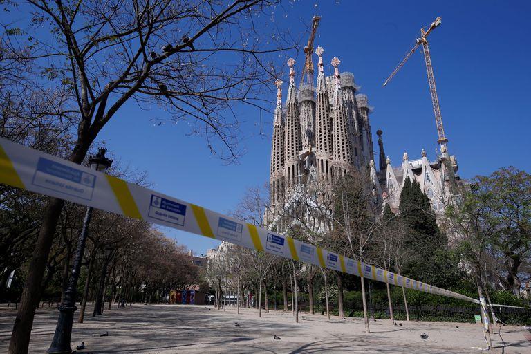 Una cinta impide el acceso a la Sagrada Familia, uno de los monumentos más visitados de Barcelona, por el estado de alarma.