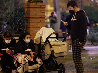 27/1/21.-  Foto: Fermin Rodriguez. La gente de Granada capital sale a la calle despues de la serie de terremotos que han llegado a tener una intensidad de 4,3.