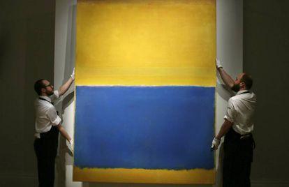 Dos empleados de Sotheby's muestran 'Untitled (Yellow and Blue)', de Rothko, en Londres en 2015.