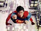 """El actor Christopher Reeve logró la fama a través de su papel en el mítico héroe Superman. Cuatro veces se puso la capa para encarnar Clark Kent, ese periodista despistado que era  además  guardián del mundo y sólo temía a la """"criptonita"""". Su carrera cinematográfica comenzó en los años setenta y casi hasta el final de su vida se mantuvo ligado al cine. En 1998 encarnó a Jason Kemp, el curioso protagonista de <i>La ventana indiscreta</i>."""