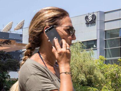 Una mujer habla por el móvil frente al edificio de NSO Group, cerca de Tel Aviv (Israel).