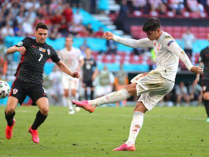 Álvaro Morata marca el cuarto gol en los octavos de final ante Croacia.