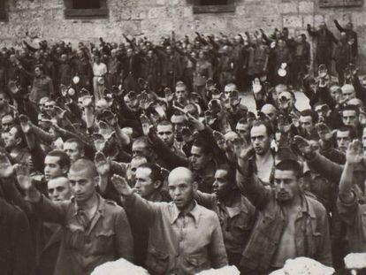 Prisioneros de San Pedro de Cardeña (Burgos) haciendo el saludo fascista.