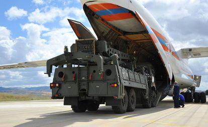 Un avión militar ruso transporta los S-400 desde Rusia a la base aérea de Mürted, en Ankara, este viernes.
