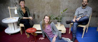 Muebles construidos con materiales reciclados en El Hub y en el taller del equipo Omnivoros.