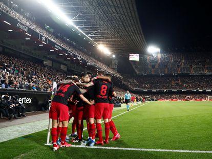 Los jugadores del Atlético de Madrid celebran un gol ante la afición del Valencia en Mestalla.