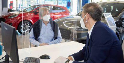 Un cliente se informa sobre un vehículo en un concesionario.