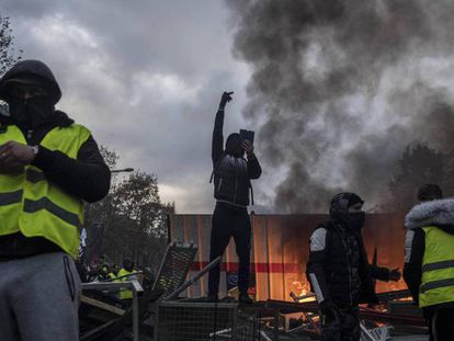 Protesta de los 'chalecos amarilos' en París, el 24 de noviembre de 2018. En vídeo, incidentes violentos en París en las protestas contra la subida de los carburantes.
