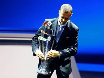Aleksander Ceferin, presidente de la Uefa, sujeta el nuevo trofeo de la Liga de las Naciones.