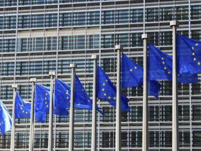 Detalle de las banderas de la Unión Europea que ondean frente a la sede de la Comisión Europea en Bruselas.