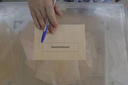 Urna para el Senado, en un colegio de Madrid.