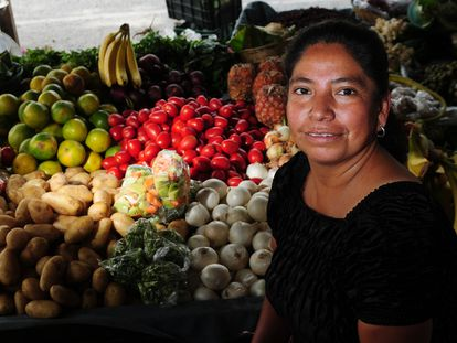 Una mujer atiende su puesto de verduras en un mercado de Ciudad de Guatemala.