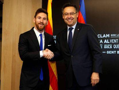 Messi y Bartomeu, tras firmar la renovación.